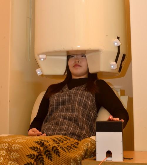 뇌자도 장치로 레이저를 이용한 순수 온도자극에 대한 뇌 반응을 측정하고 있다. - 한국표준과학연구원 제공